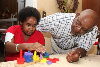 Padre enseñando a su hijo con bloques